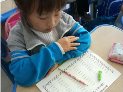 一年级学生注重正确坐姿、书写规范以及完成后认真检查的好习惯.-